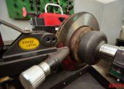Проточка контрактного тормозного диска. На фото видно, насколько искривлен тормозной диск. При таких дефектах при торможении могут чувствоваться биение в руле, педали тормоза, ухудщается торможение.