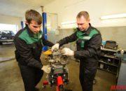 Установка двигателя на кантователь для последующего ремонта.