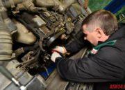Замена ремня ГРМ на двигателе 1 JZ. На фото на ремне ГРМ присутсвуют трещины, а также имеются утечки моторного масла. При таких дефектах следует срочно заменить ремень и устранить протечки масла.