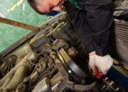 Ремень ГРМ следует менять через каждые 100 тысяч километров, иначе при его обрыве будут повреждены такие детали как клапана и поршня двигателя, и потребуется дорогостоящий ремонт.