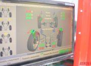 Измерения улов развал схождения колес автомобиля на компьютере. Красными цифрами выделены показатели, которые выходят за пределаы допусков завода изготовителя, их требуется отрегулировать